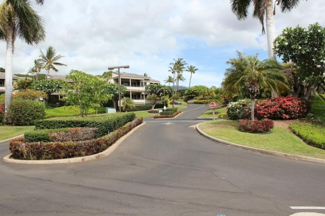 Entrance drive to Wailea Ekolu Village